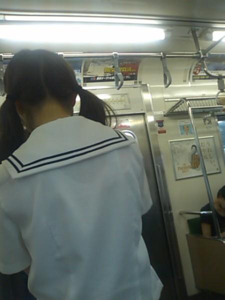 制服の白いブラウスから透けブラしている女子高生 (8)