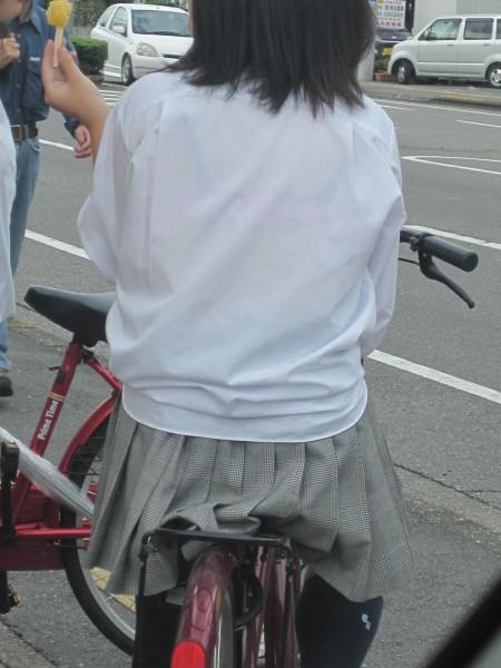 制服の白いブラウスから透けブラしている女子高生 (9)