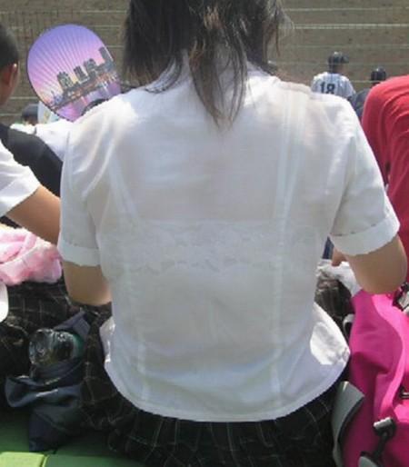 制服の白いブラウスから透けブラしている女子高生 (10)