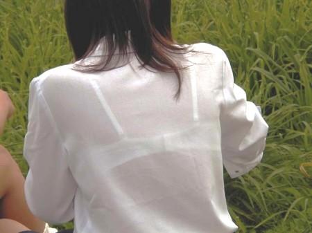 制服の白いブラウスから透けブラしている女子高生 (1)