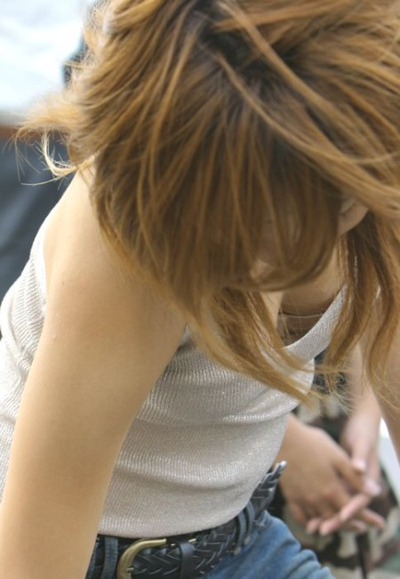 素人女性が街で胸チラのハプニング (7)