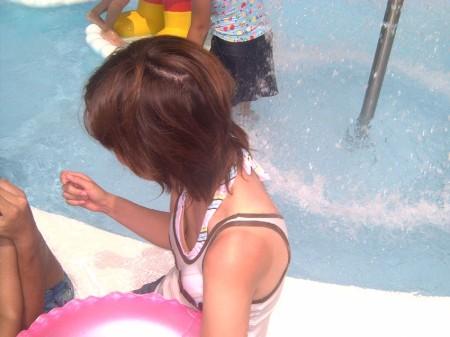 素人女性が街で胸チラのハプニング (10)