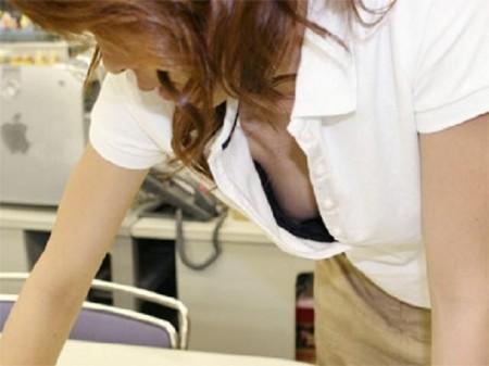 素人女性が街で胸チラのハプニング (15)