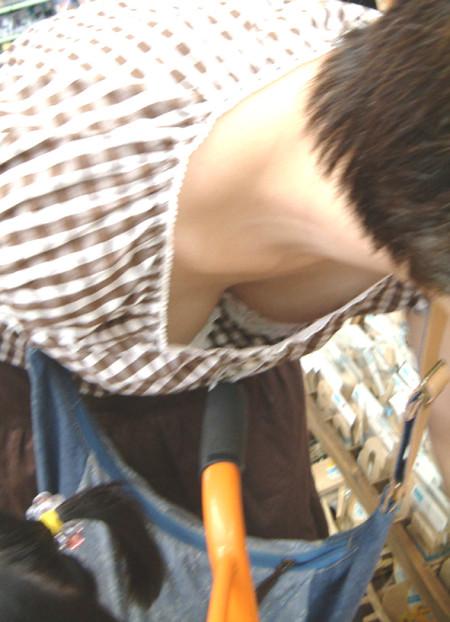 素人女性が街で胸チラのハプニング (18)