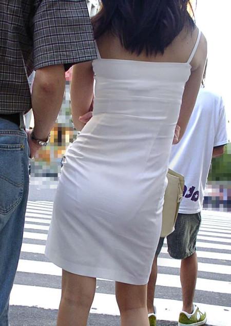 お尻の部分から透けパンしちゃった女性 (12)