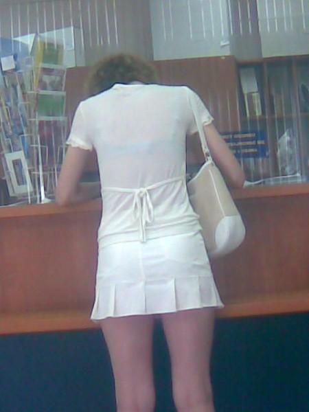 お尻の部分から透けパンしちゃった女性 (14)