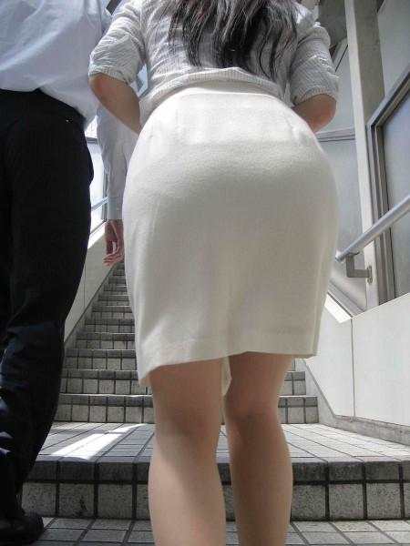お尻の部分から透けパンしちゃった女性 (17)