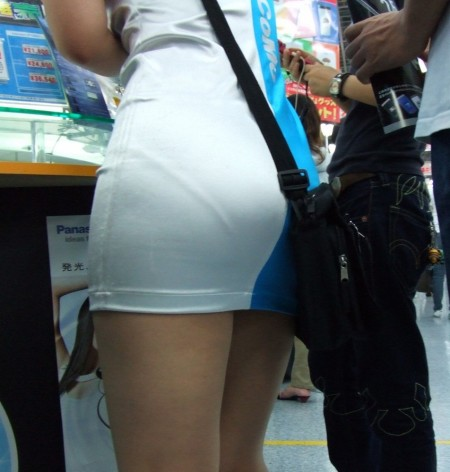 お尻の部分から透けパンしちゃった女性 (1)