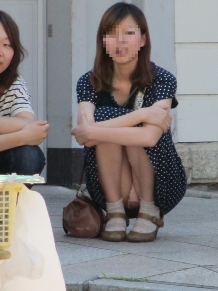 素人女性が、いろんな姿勢でパンチラ (4)