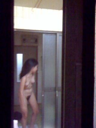 窓から覗かれた、全裸の素人女性たち (3)