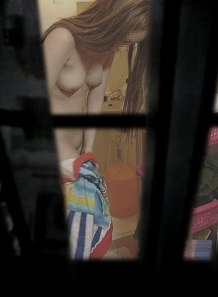 窓から覗かれた、全裸の素人女性たち (17)