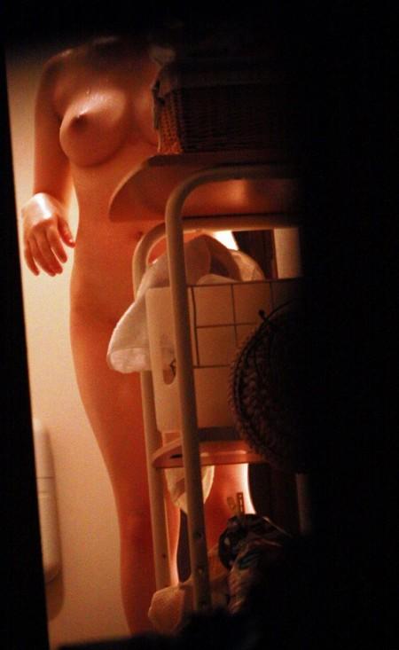 窓から覗かれた、全裸の素人女性たち (18)