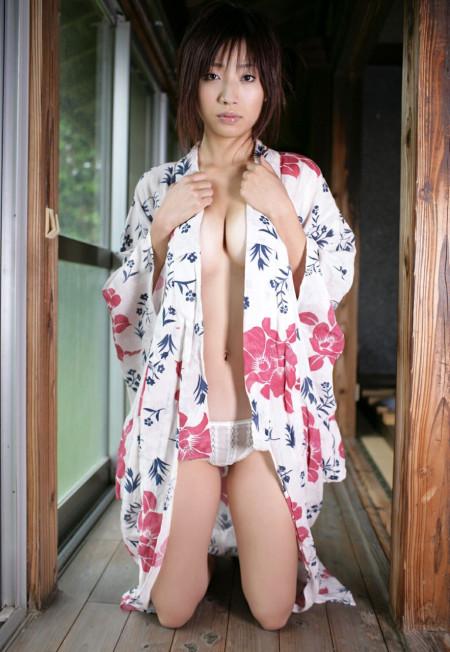 浴衣をはだけて、おっぱいやヌードを見せる女性 (3)