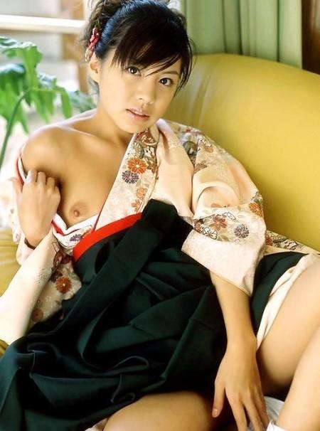 浴衣をはだけて、おっぱいやヌードを見せる女性 (7)