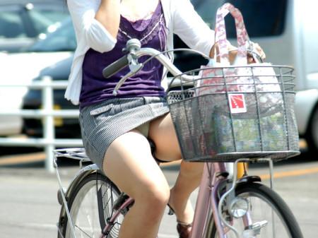 自転車でパンチラする女性 (1)