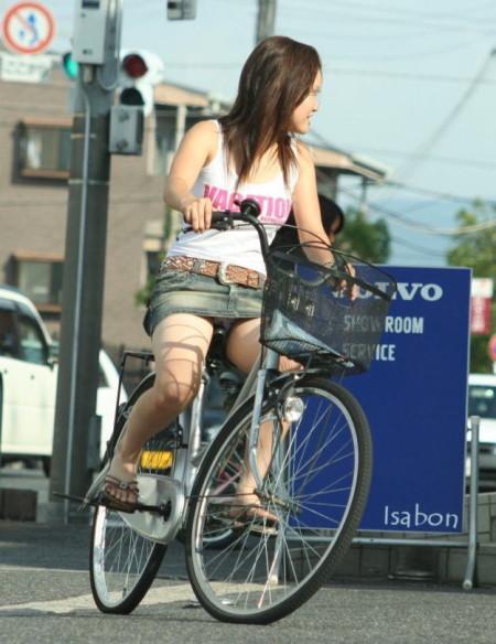 自転車でパンチラする女性 (7)