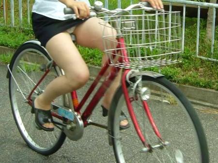 自転車でパンチラする女性 (2)