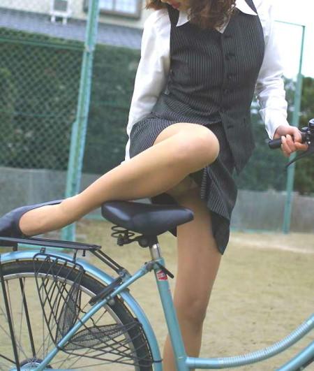 自転車でパンチラする女性 (3)