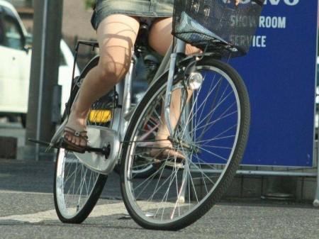 自転車でパンチラする女性 (13)