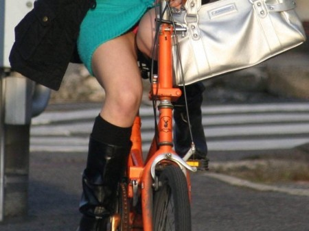 自転車でパンチラする女性 (5)