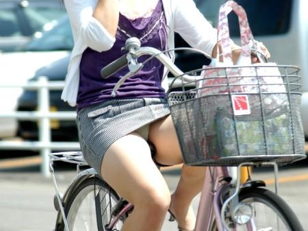 自転車でパンチラする女性 (16)