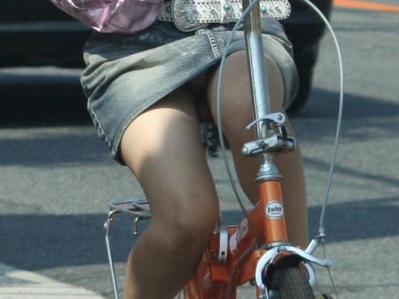 自転車でパンチラする女性 (14)