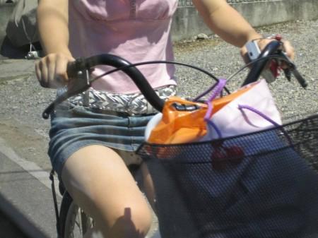 自転車でパンチラする女性 (15)