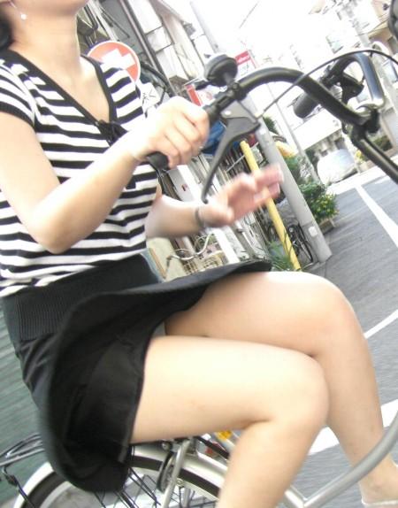 自転車でパンチラする女性 (19)