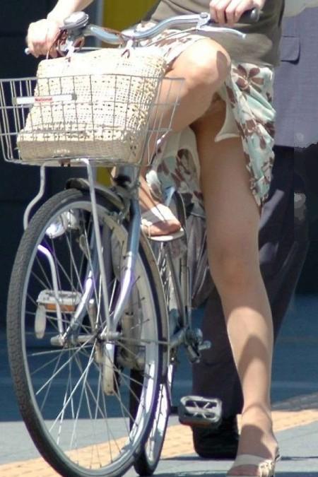 自転車でパンチラする女性 (20)