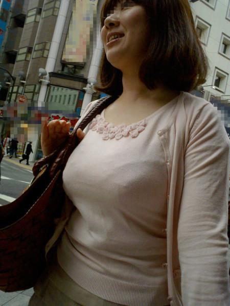 着衣から盛り上がる巨乳 (6)