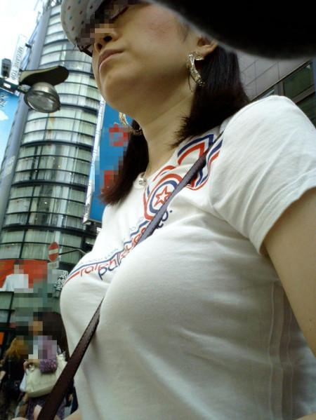 着衣から盛り上がる巨乳 (7)
