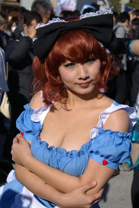 過激な衣装のコスプレ女性 (5)