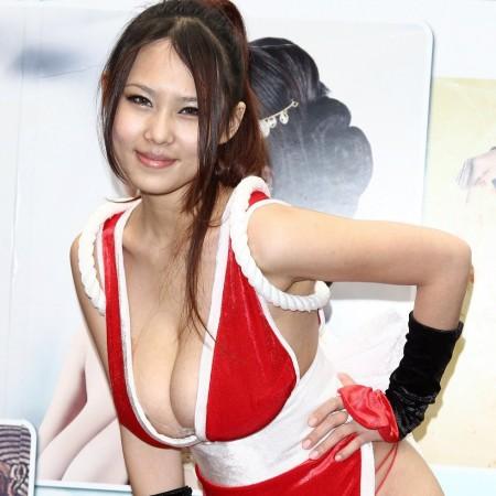 過激な衣装のコスプレ女性 (1)