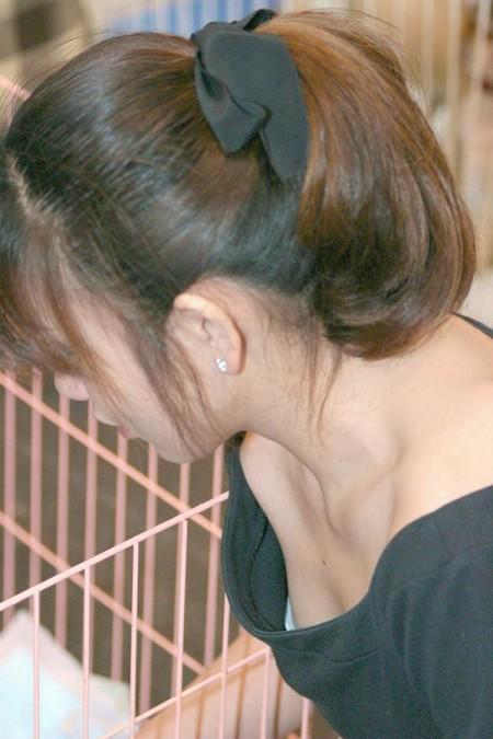 胸元から胸チラしてる女性たち (7)