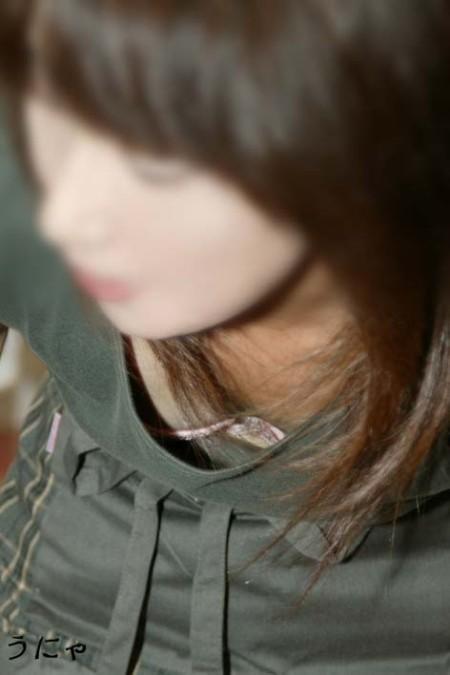 胸チラしている女性 (6)