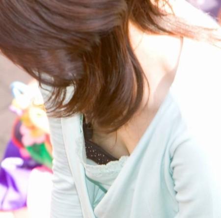胸チラしている女性 (7)