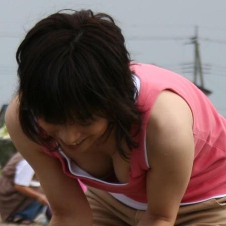 胸チラしている女性 (1)