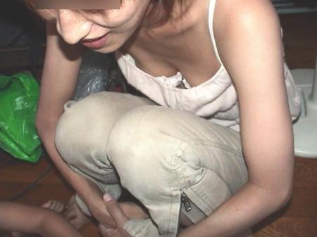 うっかり胸チラしてる女性 (9)
