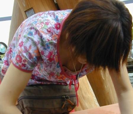 うっかり胸チラしてる女性 (13)