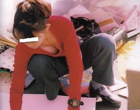 うっかり胸チラしてる女性 (16)