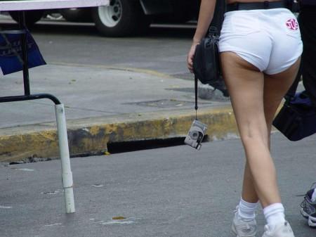セクシーなショートパンツの女性 (3)