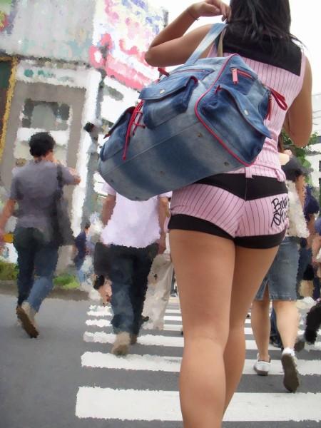 セクシーなショートパンツの女性 (13)
