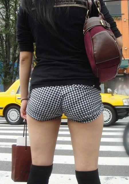 セクシーなショートパンツの女性 (15)