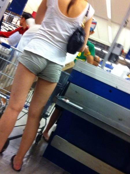 セクシーなショートパンツの女性 (16)