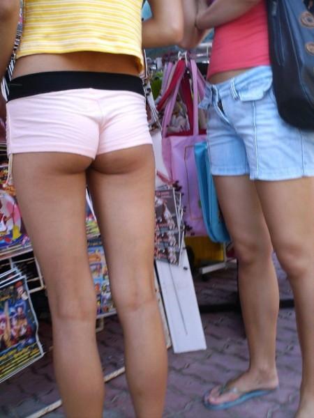 セクシーなショートパンツの女性 (17)