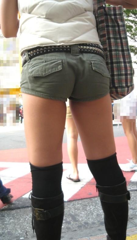 セクシーなショートパンツの女性 (2)