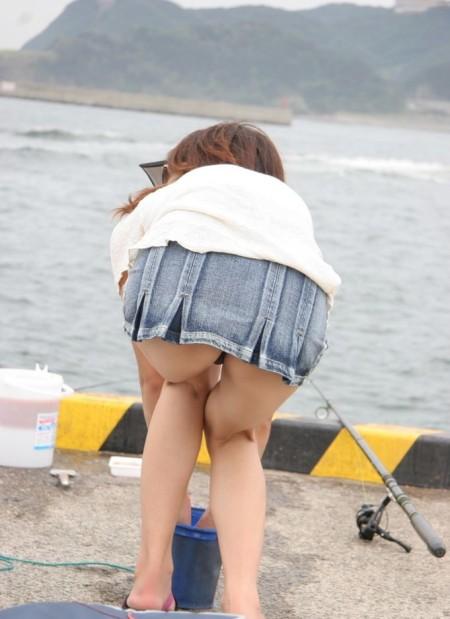短いスカートからパンチラ (2)
