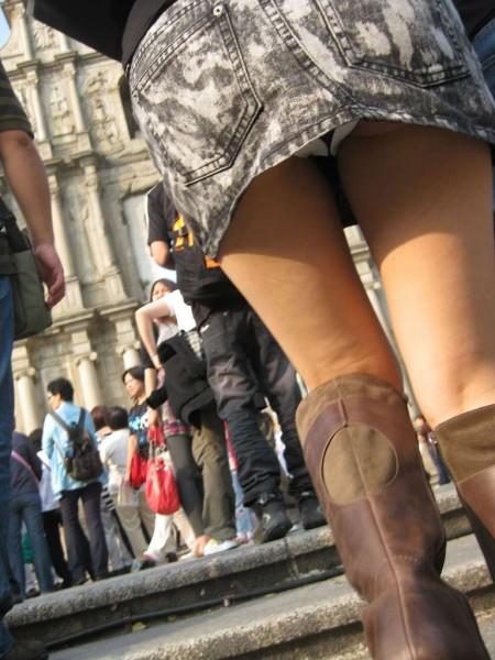 短いスカートからパンチラ (12)