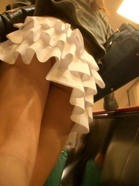 短いスカートからパンチラ (16)