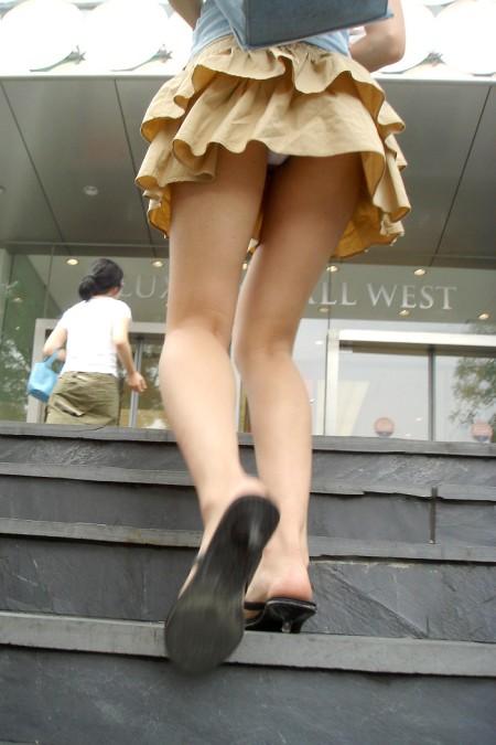 短いスカートからパンチラ (17)